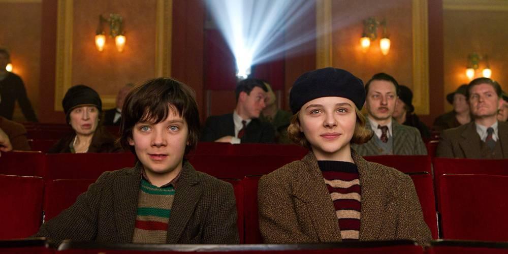 Asa Butterfield y Chloe Moretz viendo cine...en el cine. ¡Que retro!