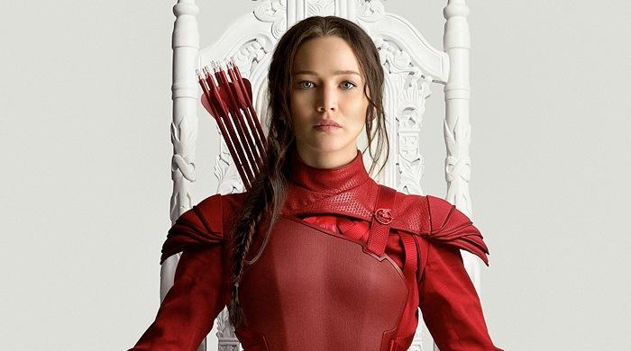 El rojo y el blanco: Katniss (Jennifer Lawrence) rinde homenaje a Janet Jackson.