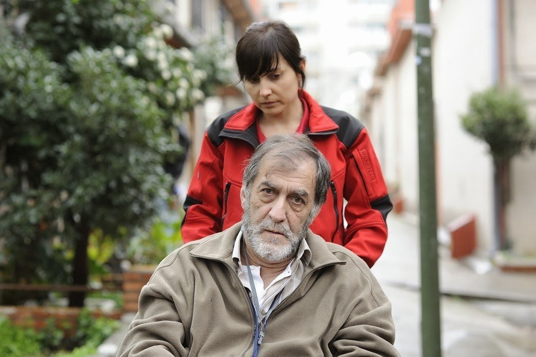 Álvarez cuida de Ramón Berea. Es el mejor momento de su día.