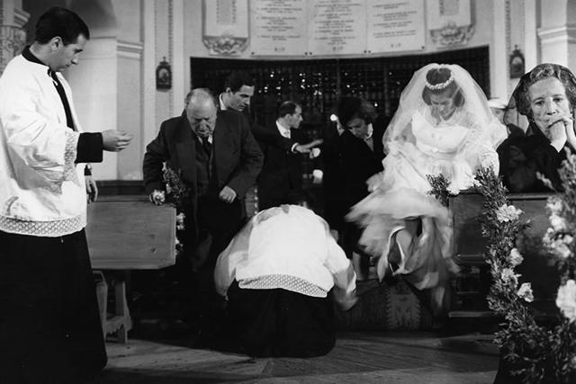 La boda de descuento: los monaguillos recogen la alfombra bajo los pies de la novia