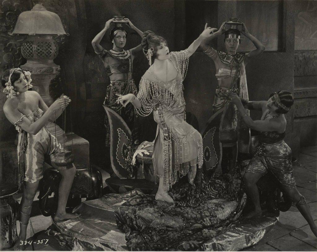 "Mildred Harris y extras en ""Fool's Paradise"""